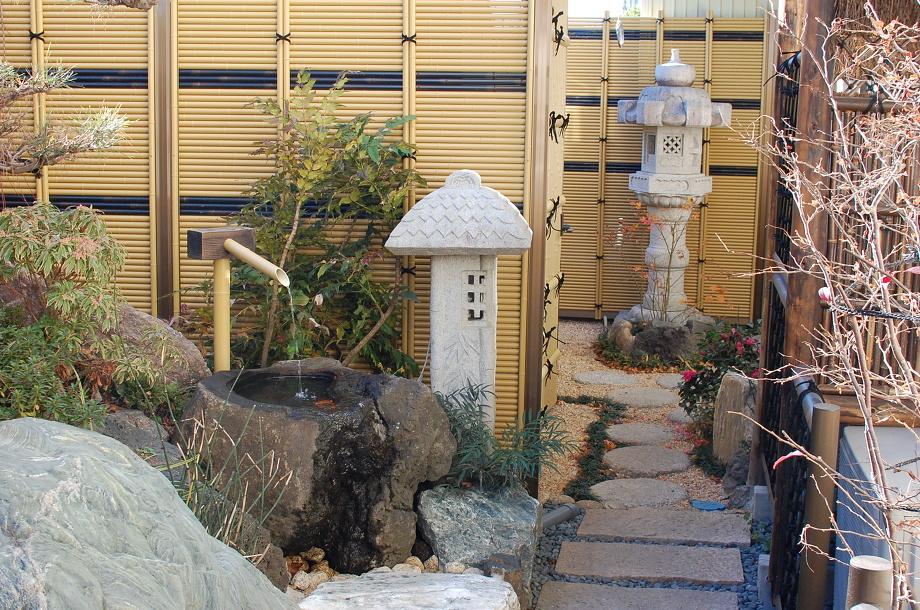 窓の外の日本庭園